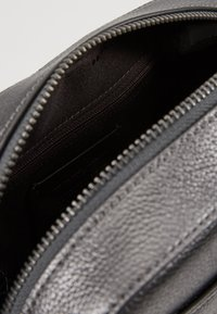Coach - CAMERA BAG - Taška spříčným popruhem - metallic graphite - 4