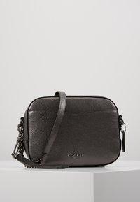 Coach - CAMERA BAG - Taška spříčným popruhem - metallic graphite - 0