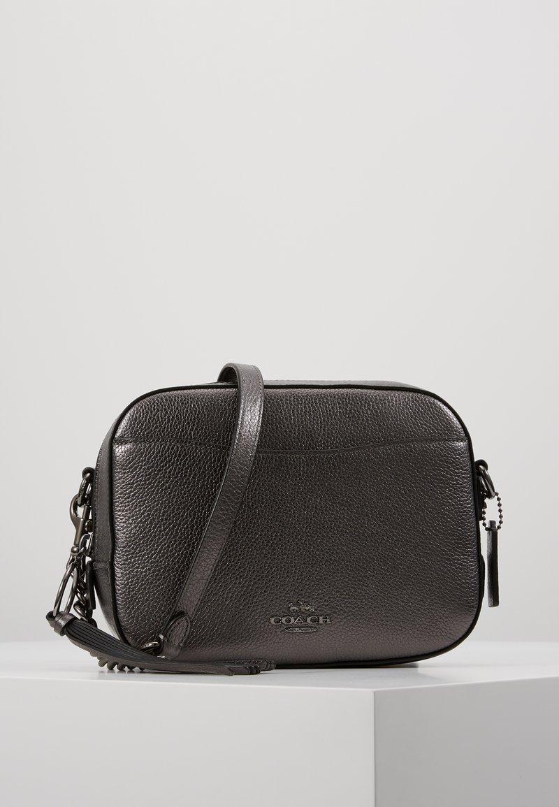 Coach - CAMERA BAG - Taška spříčným popruhem - metallic graphite