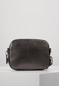 Coach - CAMERA BAG - Taška spříčným popruhem - metallic graphite - 2