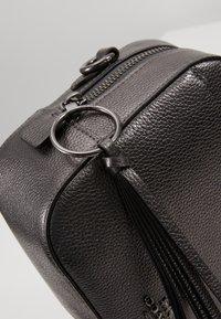 Coach - CAMERA BAG - Taška spříčným popruhem - metallic graphite - 6