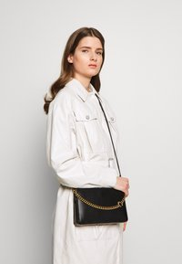 Coach - SIGNATURE CHAIN CROSSBODY - Handbag - black - 1