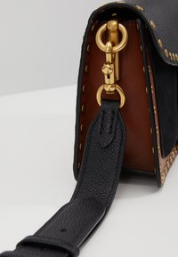 Coach - MIXED WITH BORDER RIVETS TABBY SHOULDER BAG - Kabelka - black multi - 7