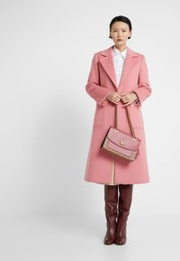 Coach - COATED SIGNATURE WITH POCKET PARKER SHOULDER BAG - Borsa a mano - tan/dusty pink - 1