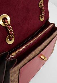 Coach - COATED SIGNATURE WITH POCKET PARKER SHOULDER BAG - Håndveske - tan/dusty pink - 4