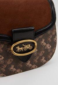 Coach - HORSE AND CARRIAGE KAT SADDLE BAG - Across body bag - brown/black - 2