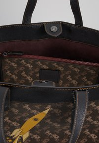 Coach - HORSE AND CARRIAGE COATED ROCKET FIELD TOTE - Shopping bags - brown black - 4