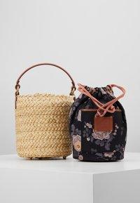 Coach - DRAWSTRING BUCKET BAG - Handtas - light peach - 6