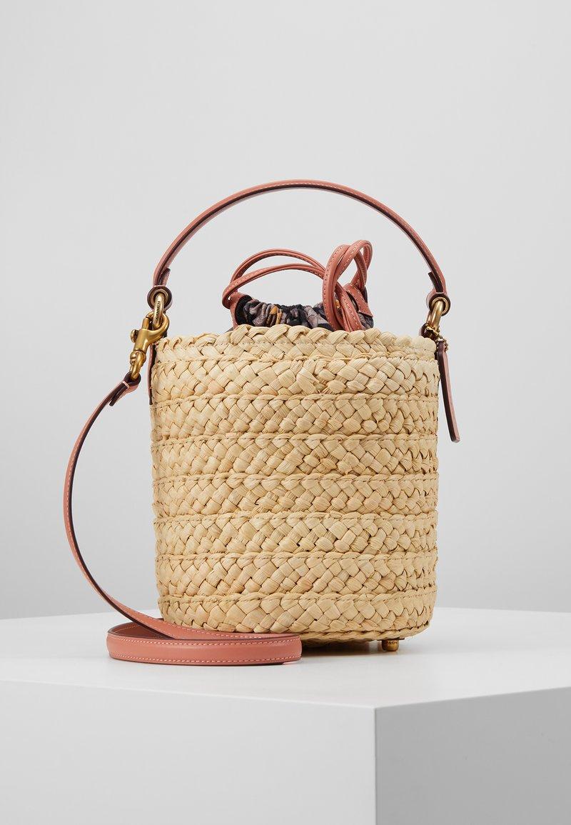Coach - DRAWSTRING BUCKET BAG - Handtas - light peach
