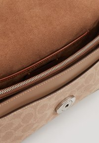 Coach - TABBY SHOULDERBAG - Kabelka - taupe - 3