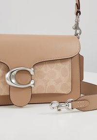 Coach - TABBY SHOULDERBAG - Kabelka - taupe - 5