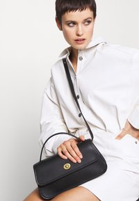 Coach - RUNWAY ORIGINALS GLOVETAN TURNLOCK CLUTCH - Käsilaukku - black - 1