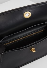 Coach - RUNWAY ORIGINALS GLOVETAN TURNLOCK CLUTCH - Käsilaukku - black - 3