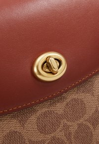 Coach - COATED SIGNATURE CASSIE CROSSBODY - Kabelka - tan rust - 5