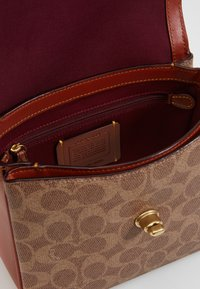 Coach - COATED SIGNATURE CASSIE CROSSBODY - Kabelka - tan rust - 3