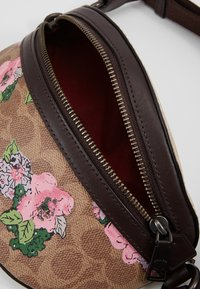 Coach - SIGNATURE BLOSSOM PRINT BELT BAG - Ledvinka - tan/sand - 4