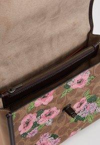 Coach - SIGNATURE BLOCK BLOSSOM PRINT SOFT PARKER TOP HAND - Handtas - tan sand print - 4