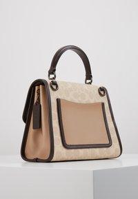 Coach - SIGNATURE BLOCK BLOSSOM PRINT SOFT PARKER TOP HAND - Handtas - tan sand print - 3