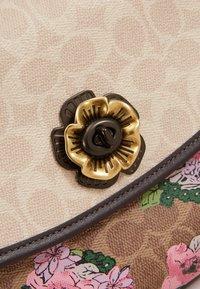 Coach - SIGNATURE BLOCK BLOSSOM PRINT SOFT PARKER TOP HAND - Handtas - tan sand print - 2