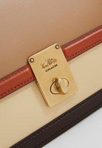 Coach - COLORBLOCK HUTTON SHOULDER BAG - Handbag - taupe ginger/multi - 5