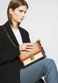 Coach - COLORBLOCK HUTTON SHOULDER BAG - Handbag - taupe ginger/multi - 1