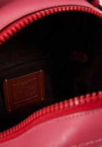 Coach - SIGNATURE CAMPUS BACKPACK  - Reppu - tan/bright cherry/multi - 4