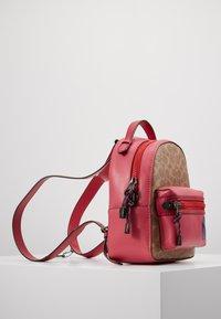 Coach - SIGNATURE CAMPUS BACKPACK  - Reppu - tan/bright cherry/multi - 3
