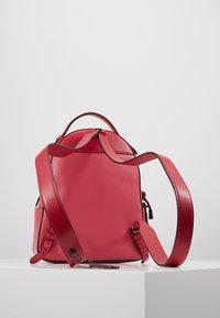 Coach - SIGNATURE CAMPUS BACKPACK  - Reppu - tan/bright cherry/multi - 2