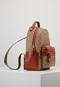 Coach - COATED SIGNATURE CAMPUS BACKPACK REFRESH - Batoh - tan rust - 3