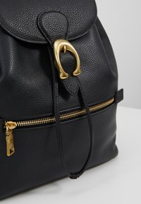 Coach - POLISHED EVIE BACKPACK - Reppu - black - 6