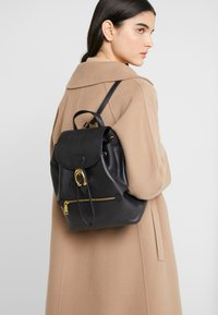 Coach - POLISHED EVIE BACKPACK - Reppu - black - 1