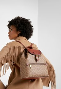 Coach - COATED SIGNATURE EVIE BACKPACK - Reppu - tan rust - 1