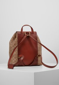 Coach - COATED SIGNATURE EVIE BACKPACK - Reppu - tan rust - 2