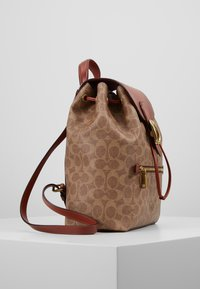 Coach - COATED SIGNATURE EVIE BACKPACK - Reppu - tan rust - 3