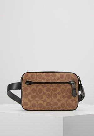 MODERN BUSINESS BELT BAG IN SIGNATURE ANIMATION - Rumpetaske - khaki