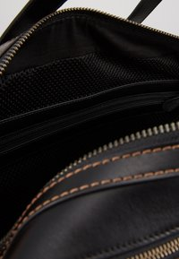 Coach - TRAVEL CARRY ON BAG IN SIGNATURE - Taška na víkend - black/khaki - 4