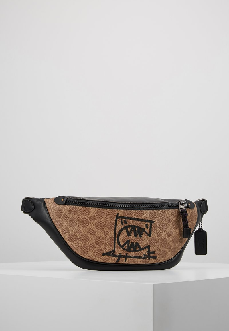 Coach - SIGNATURE RIVINGTON UTILITY PACK WITH REXY BY GUANG YU - Sac banane - khaki