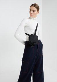 Côte&Ciel - BALLISTIC - Taška spříčným popruhem - black - 6