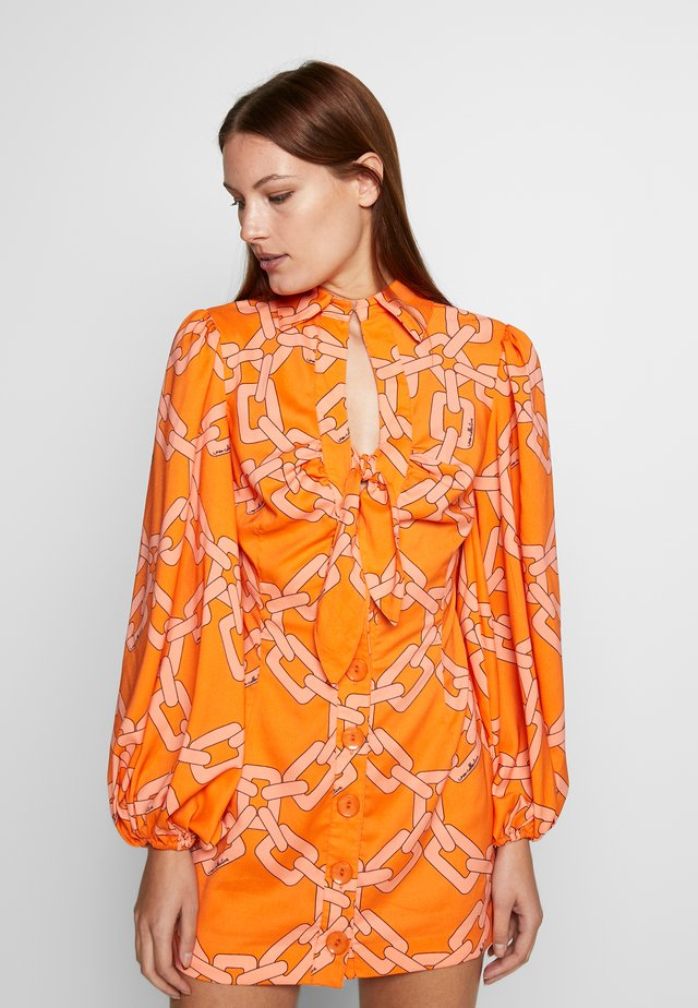 MORNINGS DRESS - Sukienka koszulowa - tangerine chain