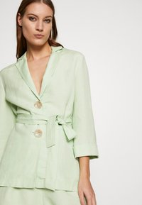 CMEO COLLECTIVE - POSSIBLE  - Blus - citron - 3