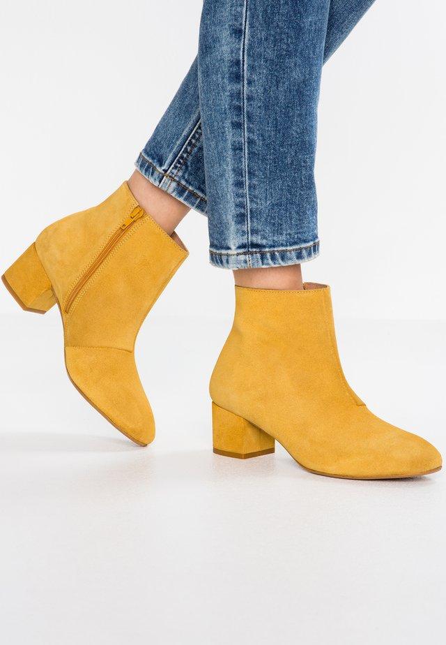 YOLANDA - Ankelboots - yolk yellow