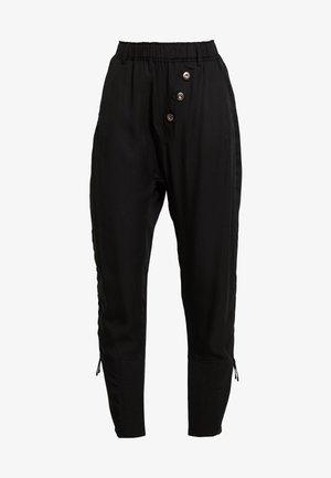 SILLIAN PANTS - Pantalones - pitch black