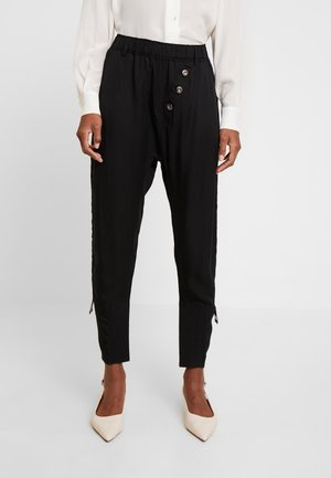 SILLIAN PANTS - Stoffhose - pitch black