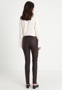 Cream - BELUS SLIT PANTS KATY ANKLE - Legging - hot java - 2
