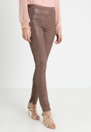 MIRA PANTS - Spodnie skórzane - nougat sand