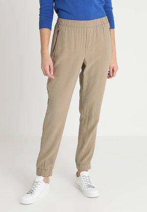 JACOBELLA PANTS - Pantalon classique - wet sand