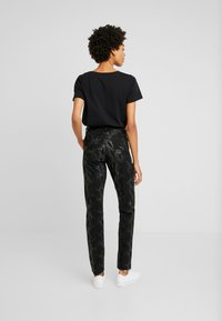 Cream - AMY SNAKE PANTS COCO - Pantalones - black - 2