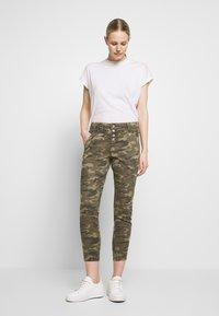 Cream - PENORA 7/8 PANTS - Bukse - sea green printed - 1