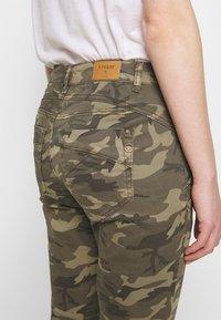 Cream - PENORA 7/8 PANTS - Bukse - sea green printed - 3
