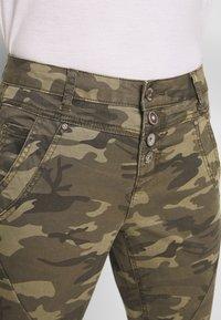 Cream - PENORA 7/8 PANTS - Bukse - sea green printed - 5